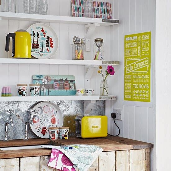 Tiny pops of colour<br/><span>make a white kitchen zing!</span>